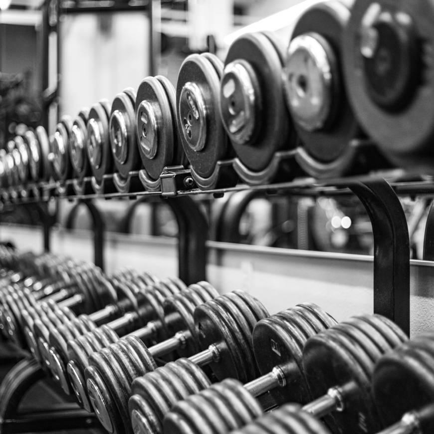 Come sollevare pesi senza farsi male alla schiena